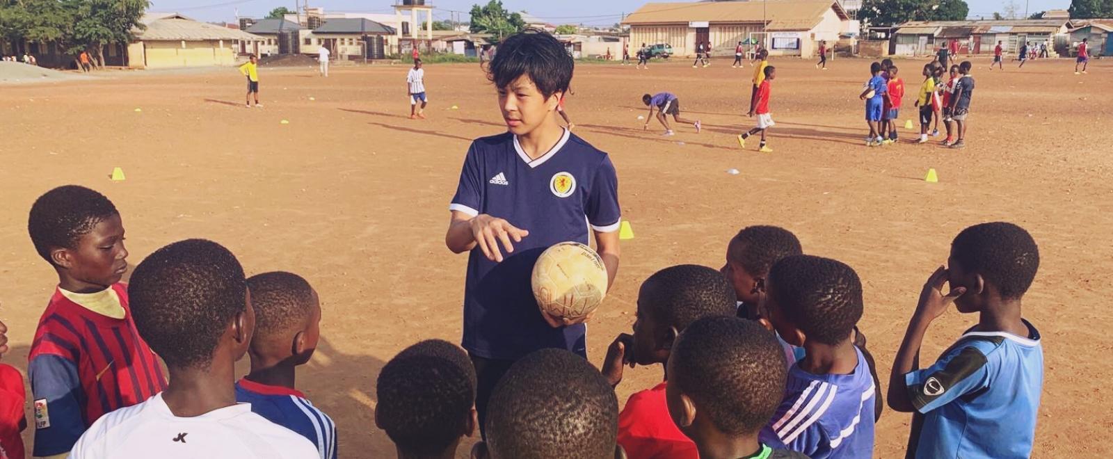 ガーナの子供たちへのサッカー指導にあたる日本人ボランティア
